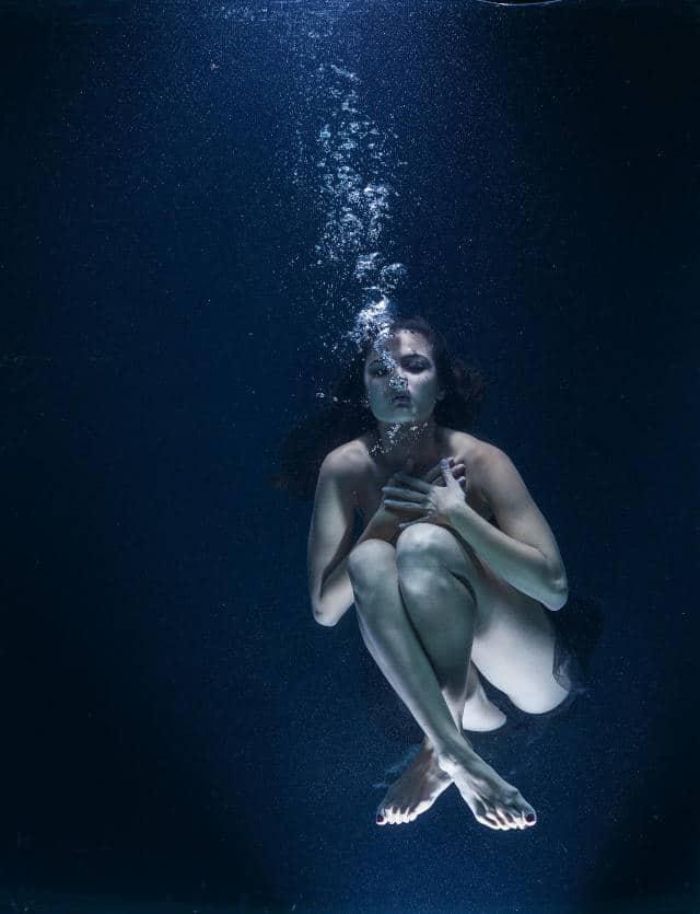 master estetica cuidados de la piel. mujer en el agua